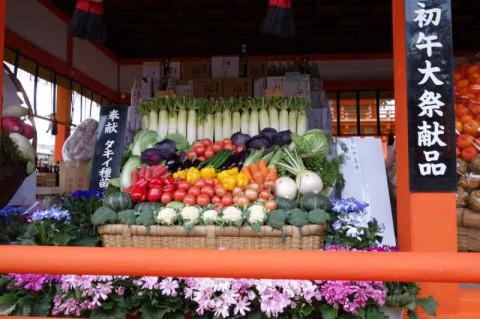 外拝殿に奉納された野菜