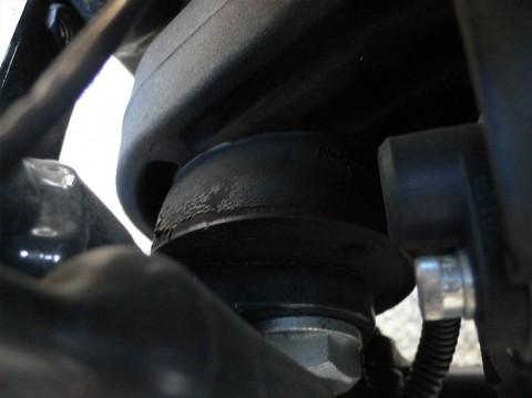 奥がエンジンの前端、手前がフレームでその間に饅頭のようなラバーが見えます。