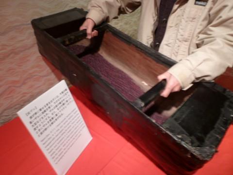 油紙を貼った器の大豆をゆっくり動かすと。ザ~ッ、ザ~ッと波の音。