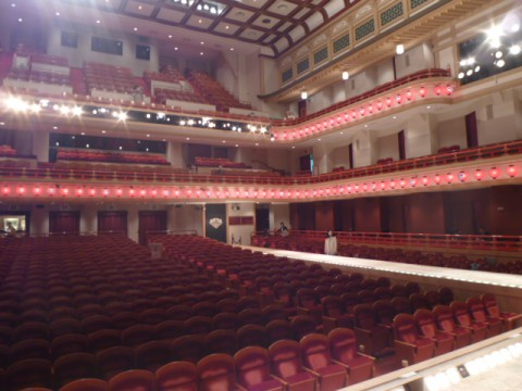 舞台から見ると、客席が意外に狭く感じる。役者さんには隅々が見えると聞くが、納得できる。
