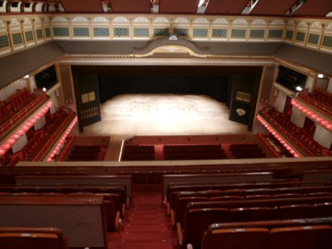 ツアーを終え、お馴染みの三階席(お手頃なお値段の席)から場内を撮る。人気のない劇場は新鮮。