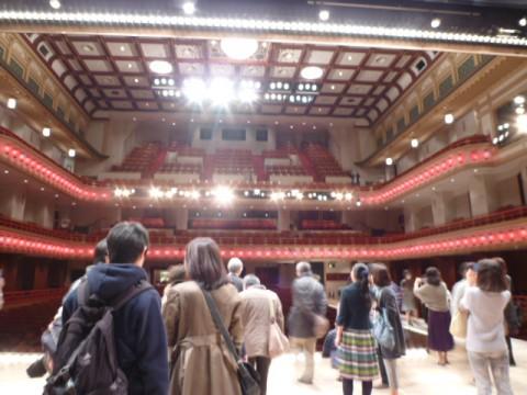 舞台から客席を見ると、まず照明に目がくらむ。
