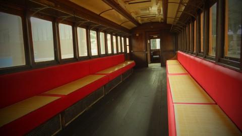 車内も見学可能。赤いシートがレトロで可愛い!