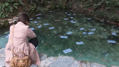 いつ沈むの?真剣に自分の紙を見つめ続ける友人。10分ほどで無事に沈みました。