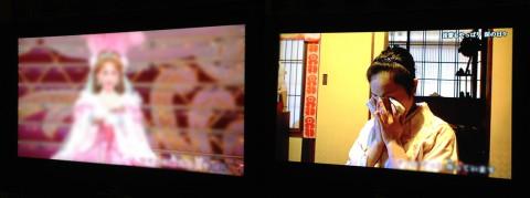左がLIVE DAMの宝塚歌劇。右がLIVE DAMの舞妓さんになるドキュメント映像。