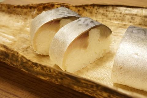 包丁を入れると、厚みのある美しい鯖寿司の姿に。