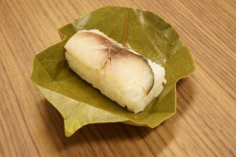 葉を開くと、ちょこんと寿司が現れてかわいい。