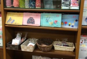 MARUジュン書店は手芸キットも一緒に陳列。