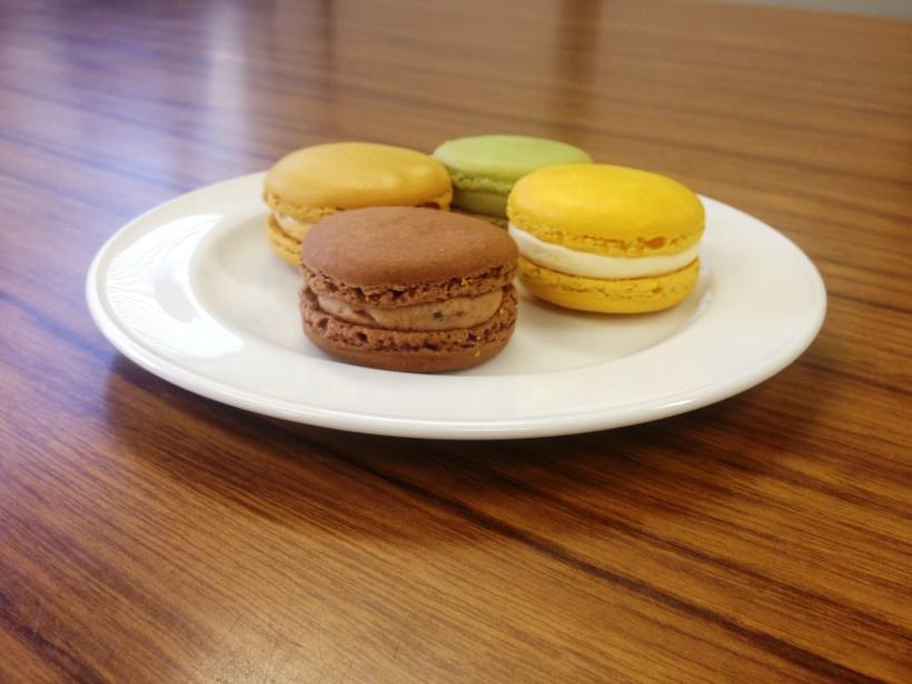 「ハンバーガーみたい」という意見もあったピエール・エルメのマカロン。生地は一番柔らかくたっぷりクリームが入っています。